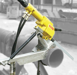 Self-feed clamp for hacksaw application