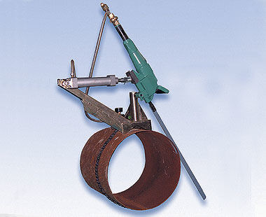 Automatic feed pipe clamp for pneumatic hacksaw