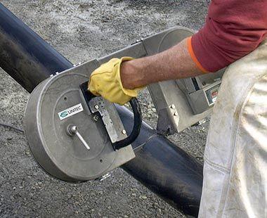 Sierra eléctrica de banda cortando el cable de energía de alta potencia