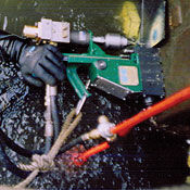 Hydraulic portable magnetic drill for use in water