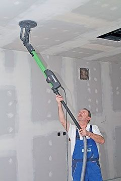 Long-reach drywall sander for walls and ceilings